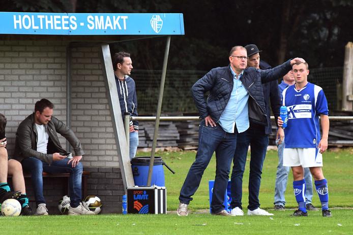 Trainer John Klaassens van Holthees-Smakt geeft een van zijn spelers een aai over de bol.