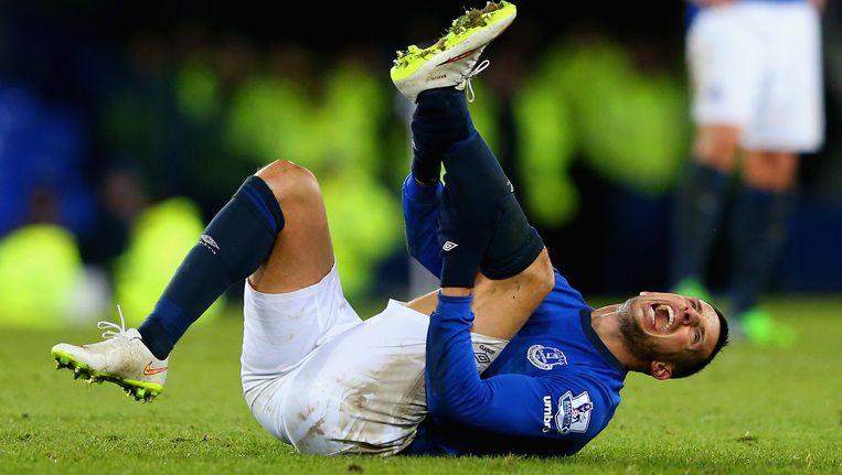 Kevin Mirallas schreeuwt het uit na een zware tackle van QPR-speler Jordon Mutch.