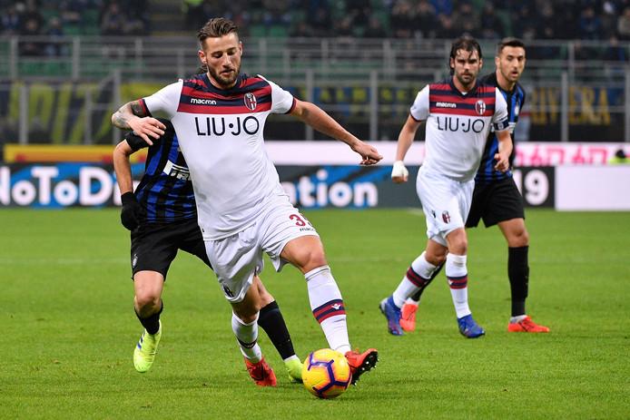 Mitchell Dijks in actie voor Bologna tegen Internazionale.