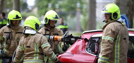 Brandweerlieden helpen gewonde automobilist uit auto door dak open te knippen