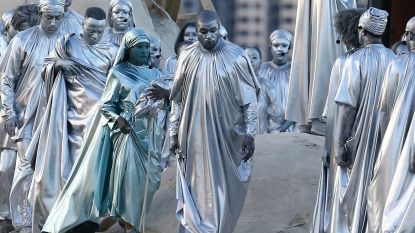 Solliciteert hij voor de rol in 'The Wizard of Oz'? Kanye West schminkt zijn gezicht zilver