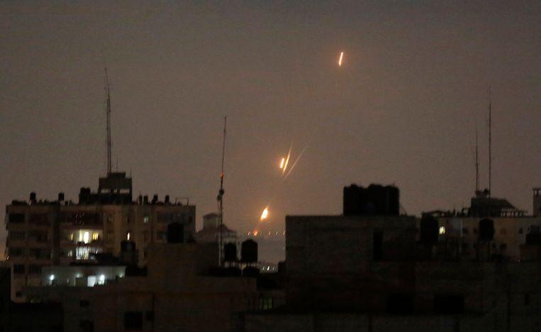 Palestijnse raketten afgevuurd vanaf de Gazastrook richting Israël. Ook vannacht voerden Palestijnse militanten aanvallen uit. Beeld AP