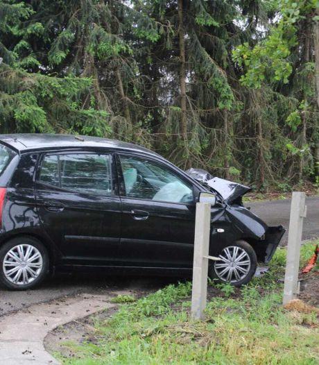 Wéér rijdt een auto tegen een boom op de Wesselseweg bij Barneveld