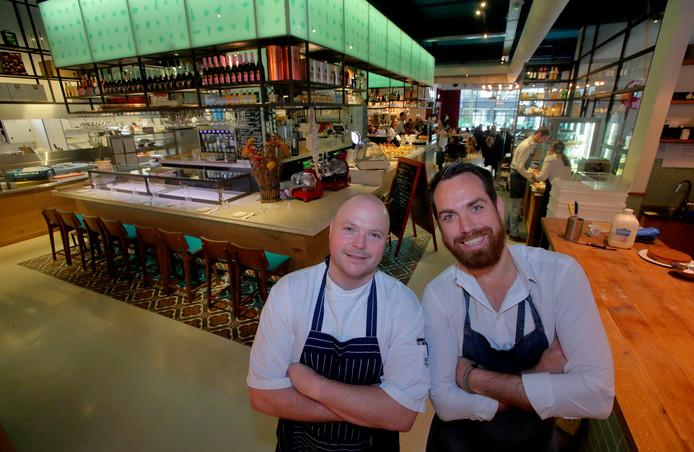 In het oude postkantoor in het centrum van Dordrecht zit restaurant Post met chef-kok Wouter Bos (l) en floormanager Mark Bakker. We snappen goed dat het grand café en restaurant altijd zo vol zit, want wat een heerlijke zaak. Hier vind je het goede Dordtse leven.