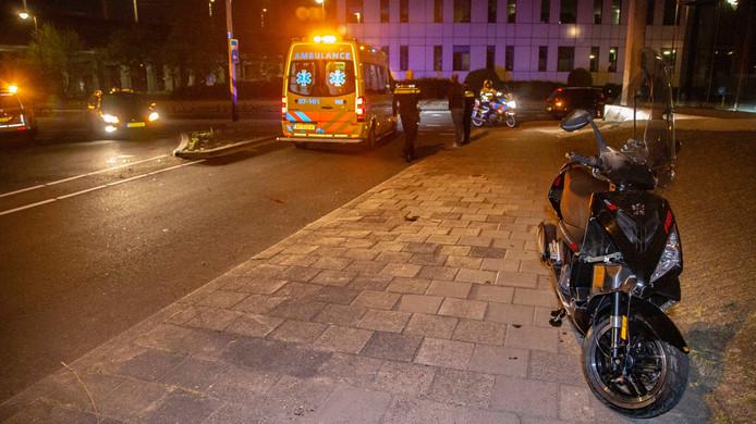 De man werd per ambulance naar het ziekenhuis in Nijmegen gebracht.