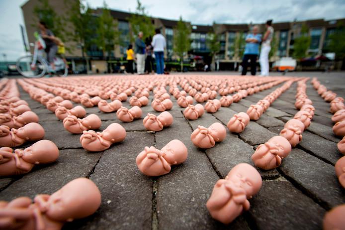 Enkele honderden plastic foetussen liggen op een plein voor een winkelcentrum in Houten. De christelijke organisatie Schreeuw om Leven protesteert op deze manier tegen de vestiging van een kliniek in deze gemeente, van het Centrum voor Anticonceptie, Seksualiteit en Abortus Rotterdam.