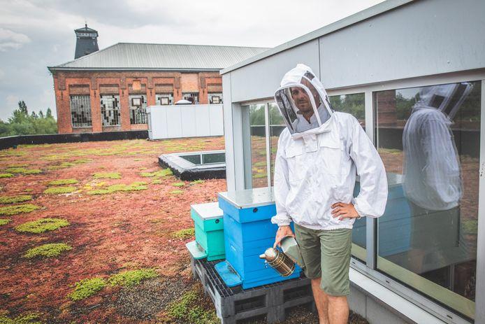 Sil Van Hoorebeke (33) verzorgt samen met zijn collega's de honingbijen op het dak van de brandweerkazerne.