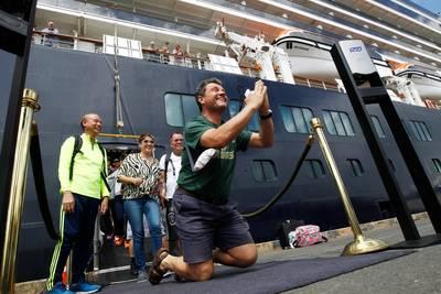 live-%7C-passagiers-nederlanders-cruiseschip-mogen-van-boord-zeker-zes-chinese-hulpverleners-overleden