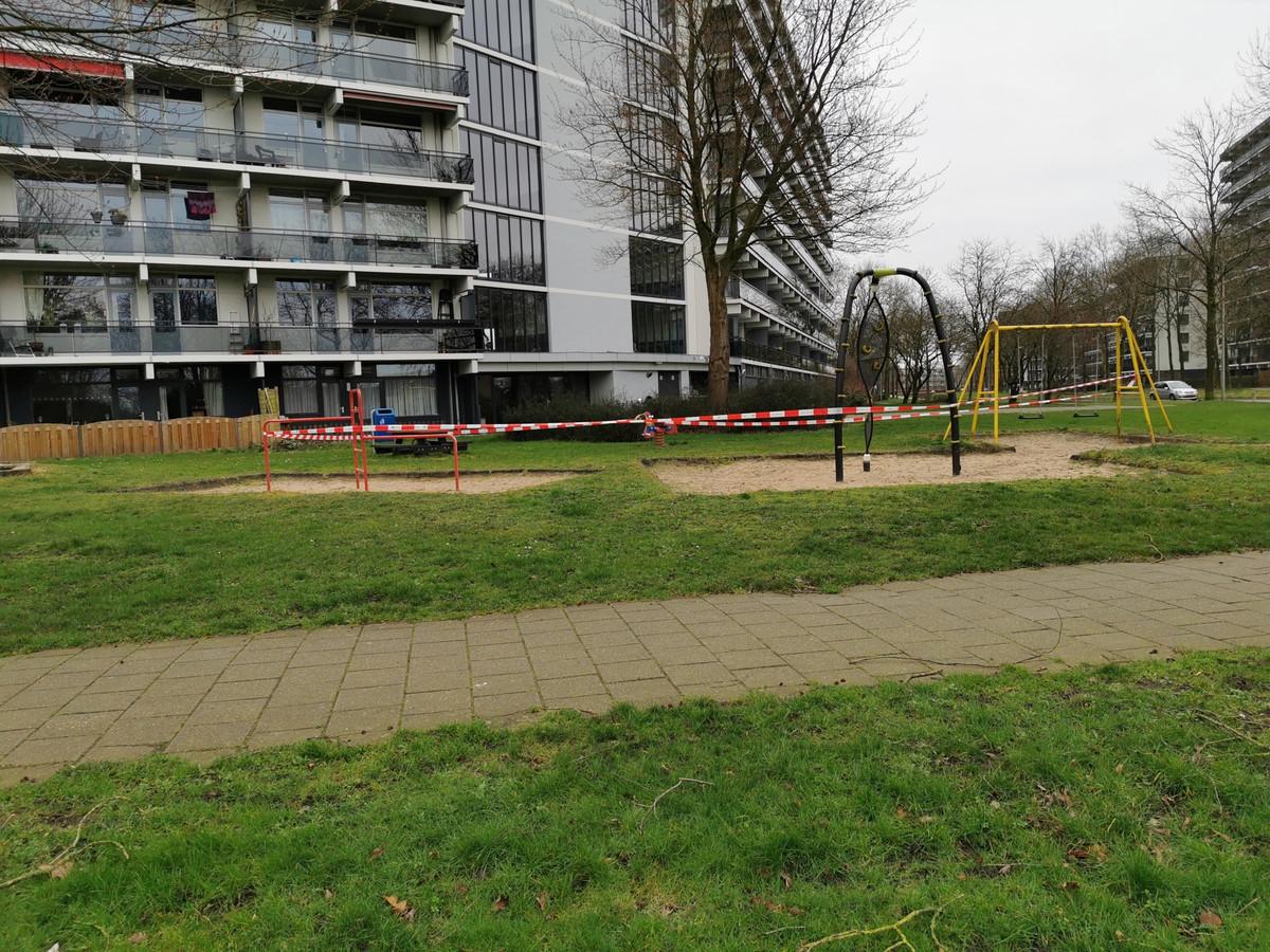Politielinten op vier plaatsen in Wageningen.