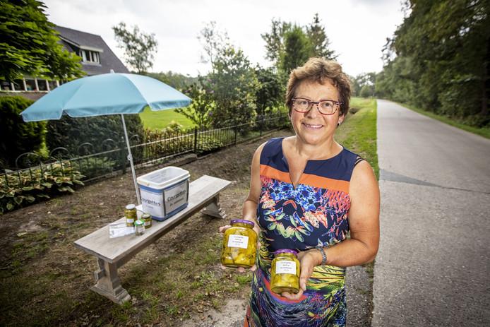 Willy Oude Breuil uit Albergen verkoopt courgettes in het zuur. De kopers kunnen het recept meenemen.