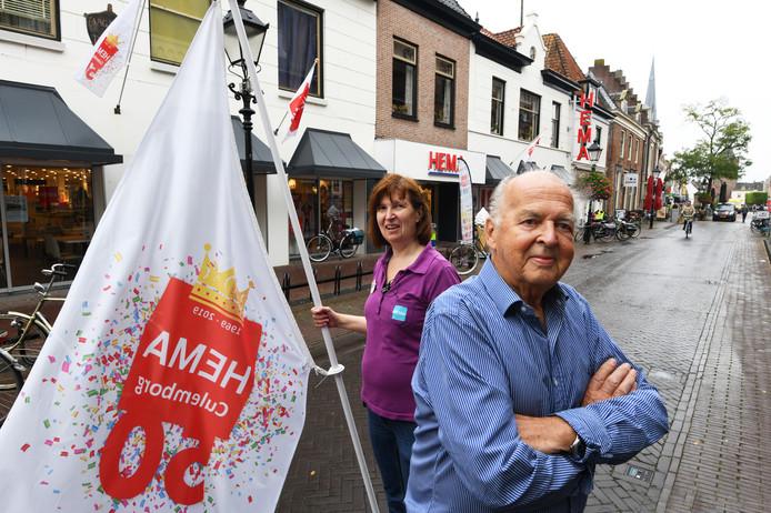 Jan Okhuizen en zijn dochter Esther voor de HEMA in Culemborg.