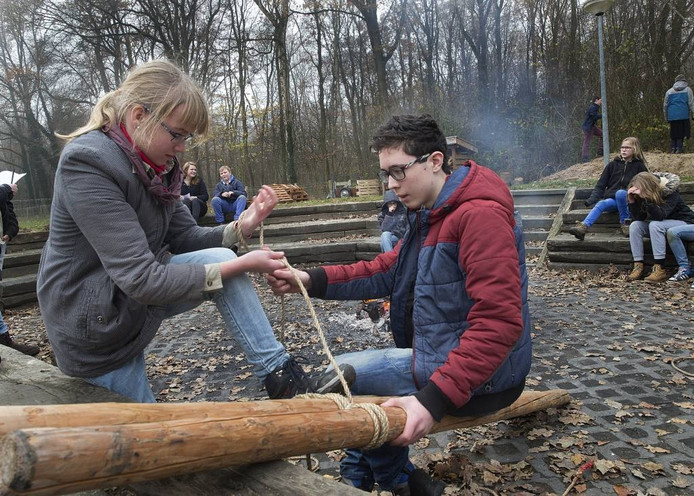 Scouts van de Roothaangroep bezig op hun terrein aan de Koekendaalseweg.