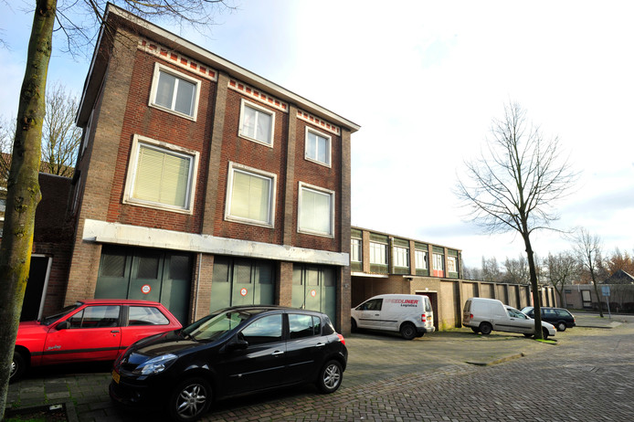 Fabrikantenwoning met daarnaast kartonnagefabriek Gebr. Donders, aan de kant van de Rode Brugstraat (2013).