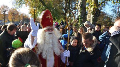 Kinderen verwelkomen Sinterklaas