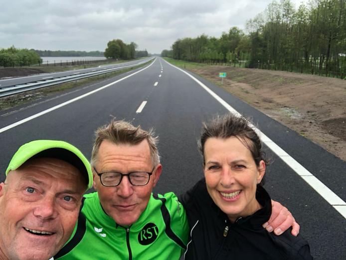Otger Hullegie maakte met vrienden een paar selfies op de route richting Enschede.