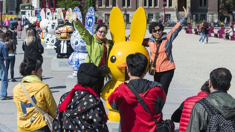 Toeristen bij een Nijntje-beeld op het Museumplein. Beeld anp