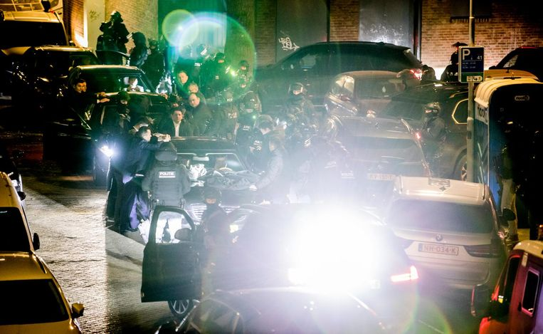 De auto van de Turkse minister van Buitenlandse Zaken Kaya is omsingeld door de Dienst Speciale Interventie, vlakbij het Turkse consulaat in Rotterdam. Beeld Freek van den Bergh / de Volkskrant