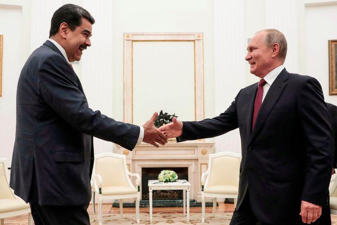 Nicolas Maduro en Vladimir Poetin schudden elkaar de hand tijdens de ontmoeting.