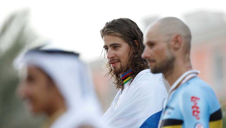 Peter Sagan (m) op het podium nadat hij bij de WK wielrennen in Doha opnieuw de wereldtitel in de wegwedstrijd heeft gepakt. De Belg Tom Boonen (r) werd derde. Beeld anp