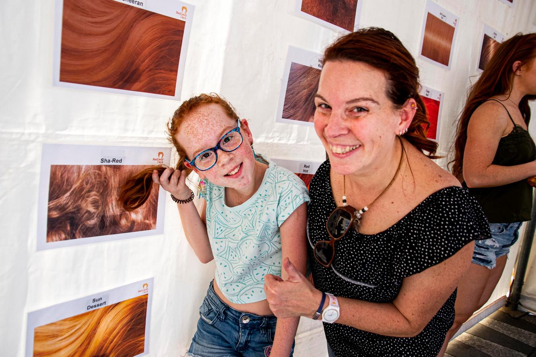 Zowi Stuart (10) probeert met haar moeder Angelique op de kleurenkaart te zoeken naar de precieze kleur van haar rode haardos. Koper, rossig, kastanje, vuurrood of toch een van de vele tinten er tussenin.
