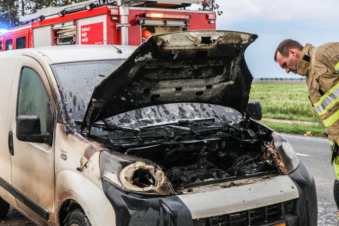 Ondanks dat het vuur snel werd geblust door een alerte boer, brandde het motorcompartiment van de bestelauto volledig uit.