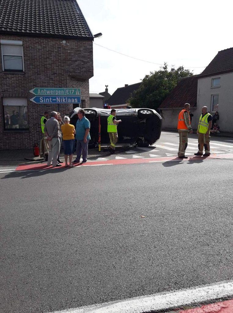 Een slachtoffer moest zondag door de brandweer bevrijd worden uit het gekantelde voertuig op het kruispunt van de Rozenstraat en de Oude Heerweg.