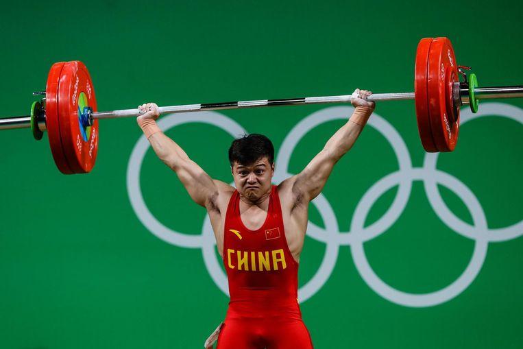 Long Qingquan, 56 kilo, tilt ruim drie keer zijn eigen gewicht. Beeld photo_news