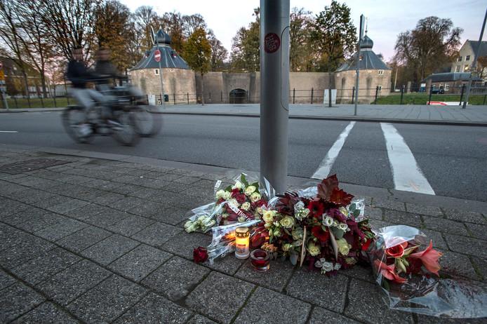 Daags na de steekpartij werden bloemen en kaarsjes neergelegd op de plaats van de dodelijke steekpartij. Die liggen er nog steeds.