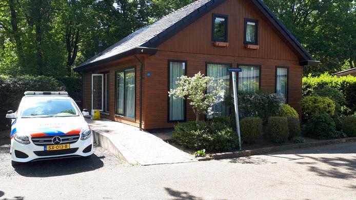 De politie rondt dinsdagmiddag de laatste zaken af bij het vakantiehuisje waar Toon R. de avond ervoor werd aangehouden.
