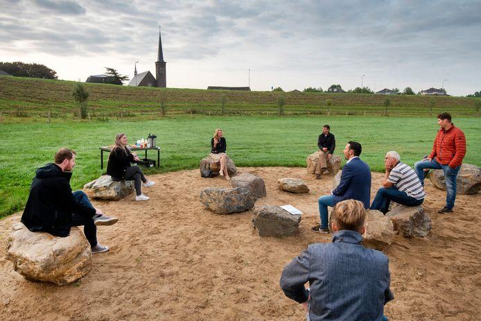 Burgemeester Patricia Hoytink-Roubos (derde van links) in gesprek met inwoners van Heteren over wat er allemaal in het dorp speelt.