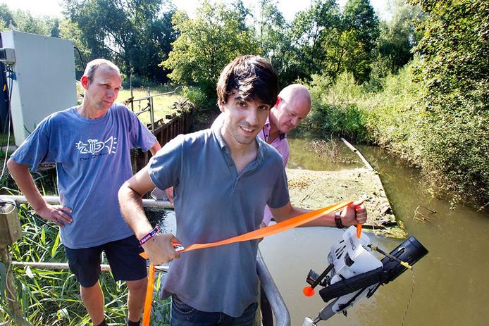 Medewerkers laten de duikboot te water