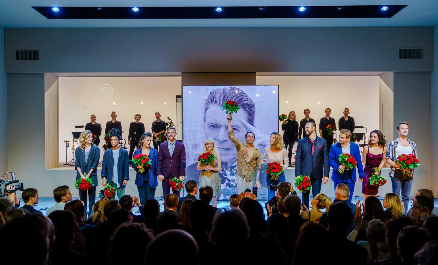 De cast van de musical Lazarus tijdens het slotapplaus in DeLaMar Theater.