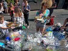 Ludieke aanval op plastic verpakkingen in Breda