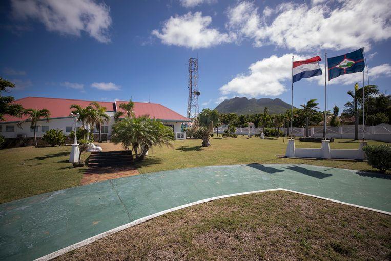 Voor het gebouw van het bestuurscollege van Sint-Eustatius wapperen de Nederlandse vlag en die van het eiland zelf. Beeld ANP