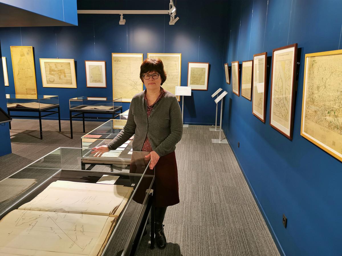 Greet Polfliet bij de tijdelijke tentoonstelling met kaarten uit de regio Vlaanderen en Zeeland.