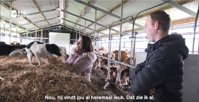 Boer Willem uit Hei- en Boeicop geeft Rineke een rondleiding over de boerderij.