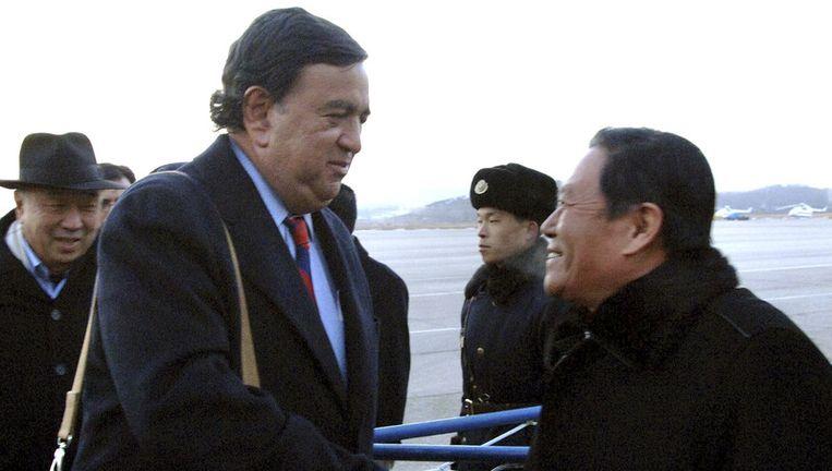 Gouveneur Bill Richardson, links, wordt begroet door de Noordkoreaanse minister van buitenlandse zaken, Li Gun, op de luchthaven van Pyongyang. Foto AFP Beeld ap