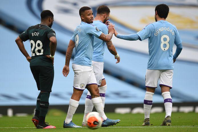 Vreugde bij Gabriel Jesus (l) en Ilkay Gündogan van Manchester City. Newcastle-speler Danny Rose (l) baalt.
