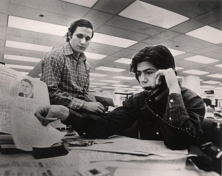 Journalisten Bob Woodward (links) en Carl Bernstein op de redactie van The Washington Post, april 1973. Beeld getty