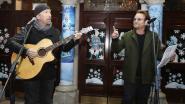 Bono en The Edge zingen in Dublin op straat voor daklozen