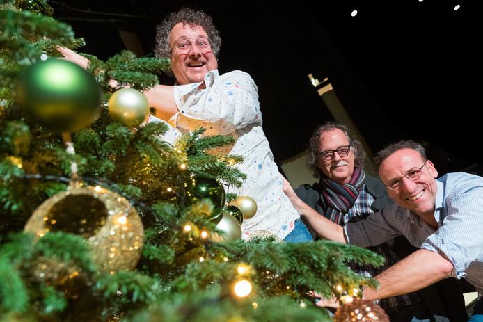 Cabarettrio de 3 W's. Van links naar rechts: Hans Tervoort, Sjef Ipskamp en Ronald Schenk hangen de ballen in de boom.