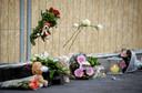 Bloemen en knuffels op de plek waar een 39-jarige vader en zijn 4-jarige zoon om het leven kwamen.