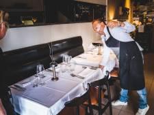 Origineel! Restaurant Surtoe bevestigt Plexiglas aan de tafels, zodat anderhalve meter afstand niet hoeft