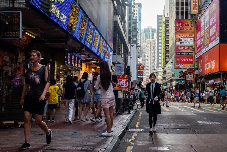 Het dagelijks leven in het Mong Kok district in Hongkong gaat gewoon door, ondanks de protesten. Beeld Bloomberg