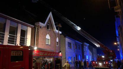 Dakbrand zorgt voor schade in zolderkamer, geen gewonden