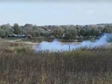 Duiker vindt mortiergranaat in Arnhemse sloot, veel rook bij ontploffing