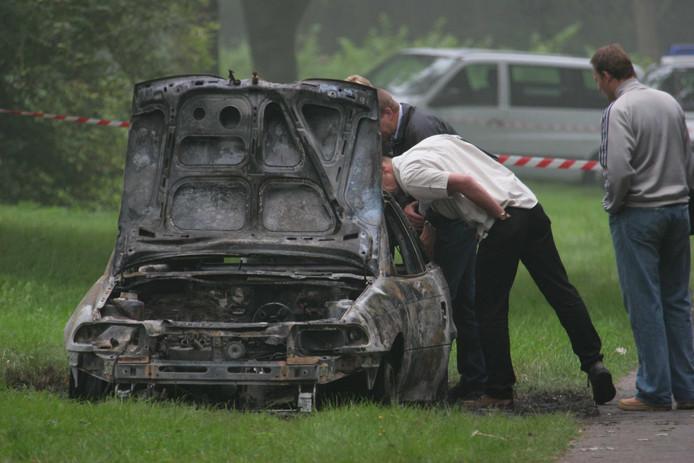 Politie doet onderzoek in de uitgebrande auto, waarin het lichaam van Caroline van Toledo werd gevonden.