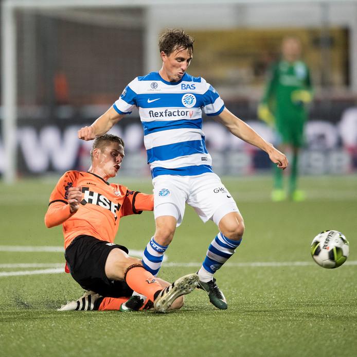 Tim Receveur namens De Graafschap in duel met Teije ten Den van FC Volendam.