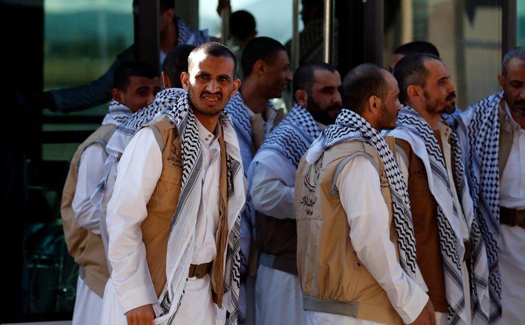 Houthi-gevangenen bij hun aankomst op de luchthaven van Sanaa na hun vrijlating door Saudi-Arabië.