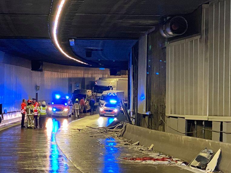De vrachtwagen begon om een nog onbekende reden te slippen en knalde tegen de tunnelwand.